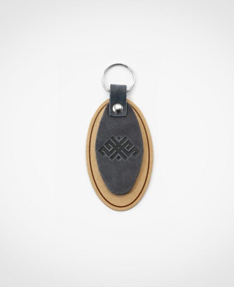 Atslēgu piekariņš pelēkā krāsā